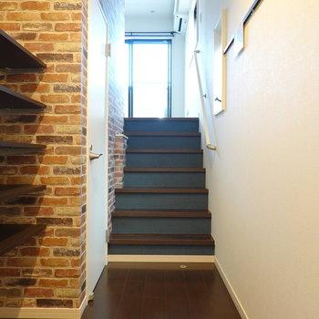 お部屋に入ると、まずは階段。 その先に洋室部分という構造です。