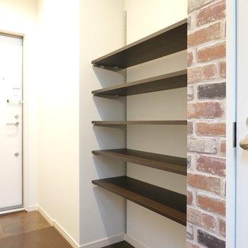 すぐ隣には可変式棚の靴棚。魅せるように収納ができる!
