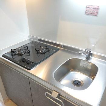 ワークトップはコンパクト。自炊する方はシンクボードか調理台の用意を!
