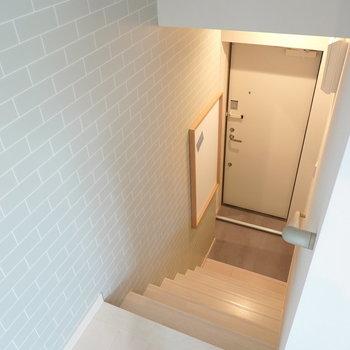階段を降りて玄関へ。 ビル中のカフェから出ていくみたいなウキウキした気分になれそう。