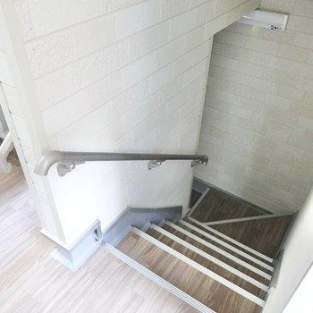 お部屋は2階です。階段しかありませんが、手すりがあるので登り降りがラクです。