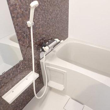 茶色のモザイクタイル調がカワイイお風呂。 追い焚き付きで長風呂もできちゃう
