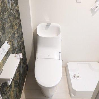 ドアを開くとすぐにトイレ。 スタイリッシュなフォルムにウォシュレット付き!