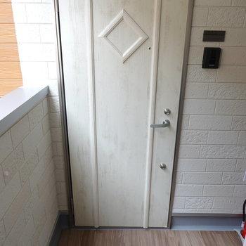 階段を上がってすぐ左がお部屋の扉。