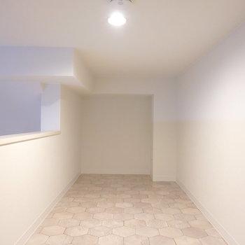 洋室部に家具を置くなら、ここは寝室が良さそうです。 テレビも置けますよ。