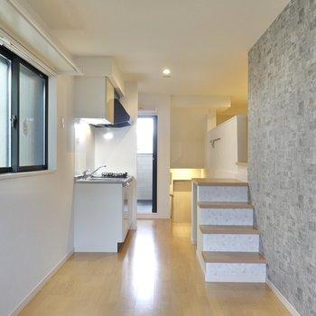 洋室部は縦長の空間。 お部屋の真ん中にソファやテーブルなどをどんと置いて楽しみたい。