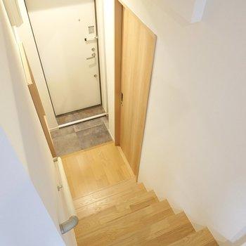その他の水回りは玄関の廊下横。 階段を降りた先にあります。