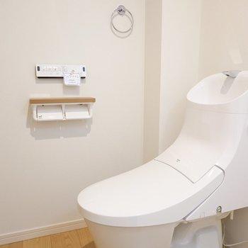 トイレはモダンでスタイリッシュ! ウォシュレット付きで、ロールホルダーが2つも。