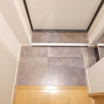 玄関はコンパクトですが、フラットなので使いやすい。