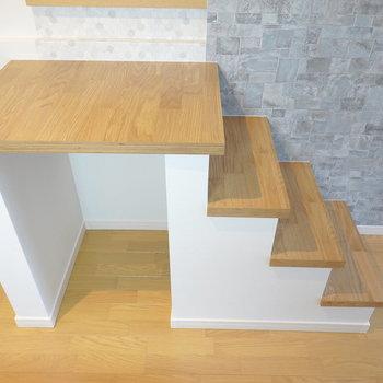 この小さな階段を登ってロフトへ。 下にちょっとしたスペースあり!