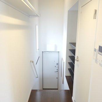 他の水回りは玄関の廊下横、階段の手前側にあります。