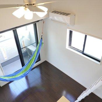 リビング側を。ベッドは洋室の窓際に置くのも良いですね。