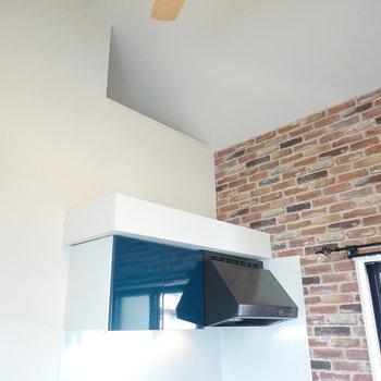 キッチン上もインテリアが置けそうだな。