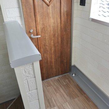 階段を上がって、左手前がお部屋の扉。