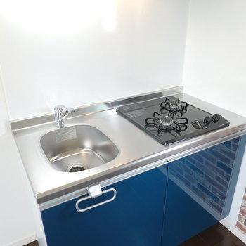 キッチンのワークトップはコンパクト。 自炊する方はシンクボードか調理台の用意を!