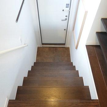 階段を降りた先に玄関。コンパクトですが、脱ぎ履き