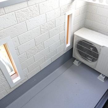 ベランダは室内から洗濯物の出し入れができるほどのサイズ。