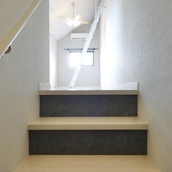 入ってすぐに階段があり、そこを登ると洋室部。