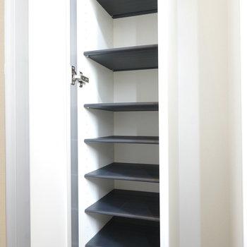 靴箱は天井まであるゆったりサイズ。