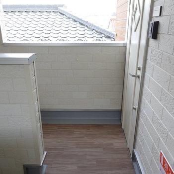 階段を上がって、左目の前がお部屋の扉。