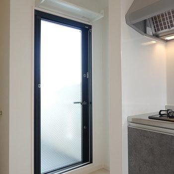 ベランダはキッチン横のガラス戸から。 ドア上に棚がついていますね。