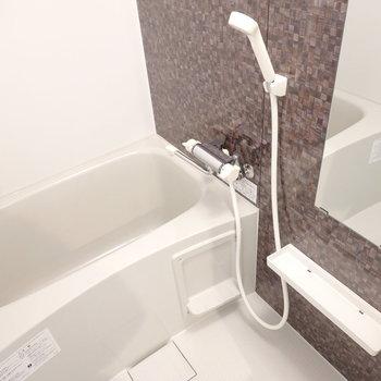 お風呂にはモザイクタイル調の壁。ゆったり休めそうですね。