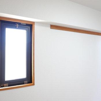 角部屋だから、二面採光。物を吊るしておけるバーがついています。