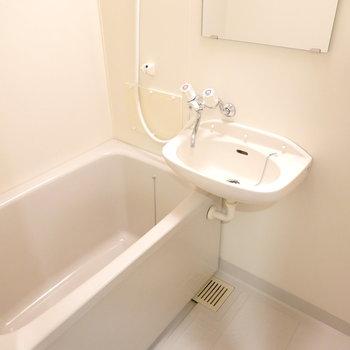 お風呂は洗面台との2点セットですが、新しめで清潔でした。