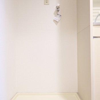 洗濯機置場はキッチン左手にあります。