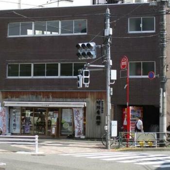一階には美味しそうな和菓子屋さん