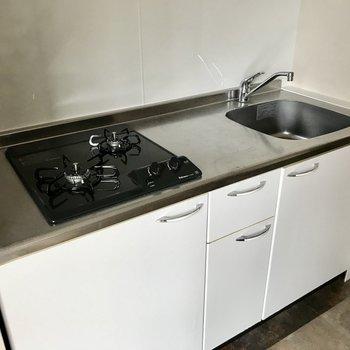 2口コンロで料理スペースもしっかり。お隣に冷蔵庫も置けそうです
