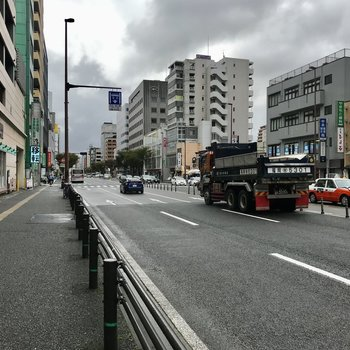大通り沿いには24時間営業スーパーや商店街、飲食店などたーくさん!