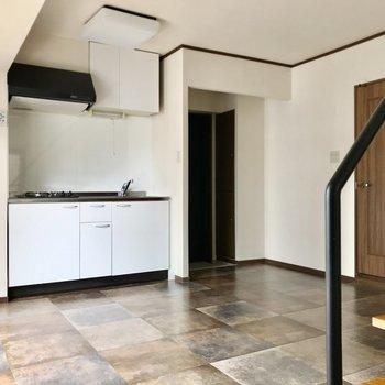 床がなんだか可愛いの。白いキッチンもすっぽり収まっています