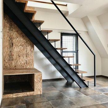 気になる階段と圧縮木材。なんとテレビ端子がありました