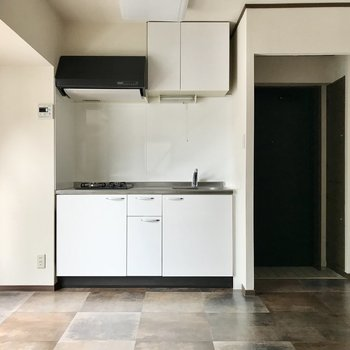 玄関はキッチンの横に。オープンなのでパーテーションがほしいかも