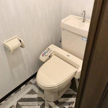 トイレはレトロだけどウォシュレット付き!上には棚もありました
