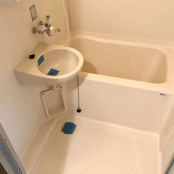 お風呂は2点ユニット。隙間がないタイプなのでお掃除楽ちん!鏡付きですよ