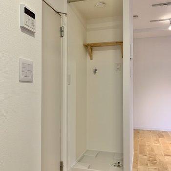 脱衣所の横に洗濯機置場があります。