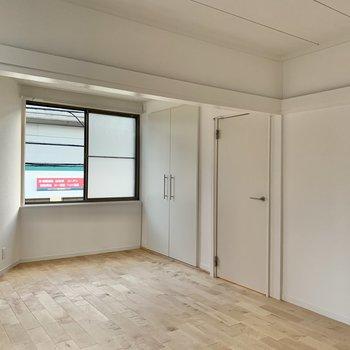 【2階】収納扉も白で統一されています。