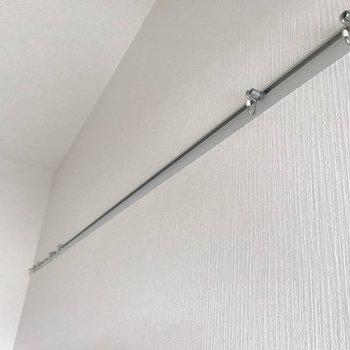 壁にはこんなレールが付いています。飾り物にも収納にも大活躍!