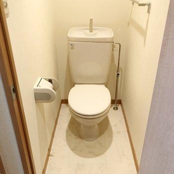 トイレはシンプル。カバーを付けて節電!(※写真は清掃前のものです)