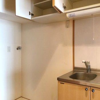 シンクの隣が冷蔵庫置場。吊戸棚に食器をたっぷり収納できます。(※写真は清掃前のものです)