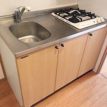 2口コンロでパパっとお料理。洗い物はこまめにしよう。(※写真は清掃前のものです)