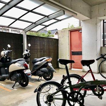 駐輪場は雨にも濡れにくい仕様!申請すればバイクも置けますよ(バイクor自転車!)