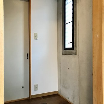 反対側に冷蔵庫。コンパクトなラックも置けそうです。あ!こんなところにも窓が!
