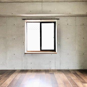 なんと窓は洋室だけで4!正面の窓が東。左右が北と南です
