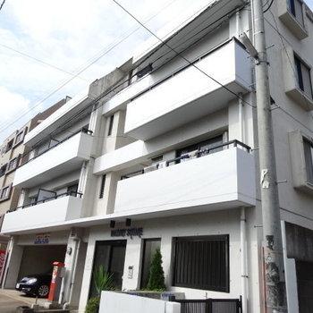 どっしりとしたオートロック付きマンション。1階はコインパーキング!(※2021年8月外壁塗装予定です)