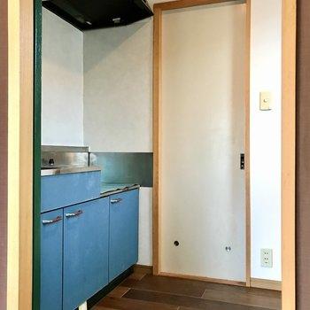 右の扉の先はキッチンでした。くすみブルーがとびきり可愛い。上には棚もありました!