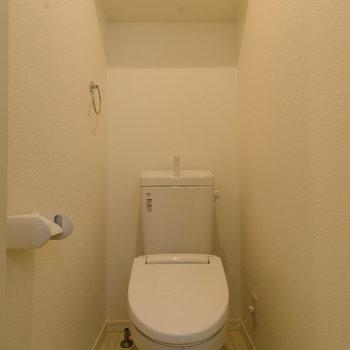 トイレにはもちろん頭上収納を。
