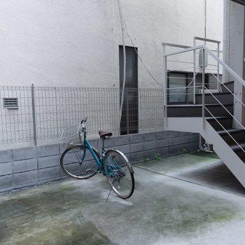 駐輪場はこちら。屋外ですね。